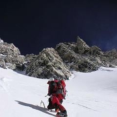 Gerlinde in den ersten Sonnenstrahlen am Ausstieg der Gipfeleisrinne - ©Amical Alpin