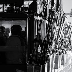 "V La Grave dopravuje lyžiarov na vrchol ""prehistorická"" gondola - © Black Diamond"