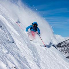 Adrenalinovou lyžovačku na strmých sjezdovkách zažiješ i u sousedů na Slovensku a nemusíš za ní do Rakouska ani do Kalifornie, odkud je tahle fotka - © Liam Doran