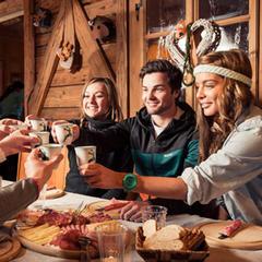 Apres-ski zábava na horské chatě s ochutnávkou místních jídel i nápojů - © TVB StubaiTirol_AndreSchönherr