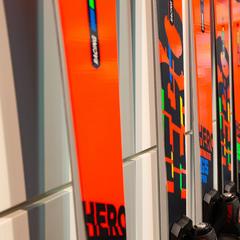 In Vorschau auf die Olympischen Spiele 2022 in Peking hat man die Olympischen Farben in Rossignols Hero Serie einfließen lassen - © Skiinfo